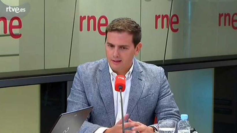 """El presidente de Ciudadanos ha afirmado en una entrevista en RNE que """"los españoles no han decidido que Sánchez ponga el país en manos de Torra""""."""
