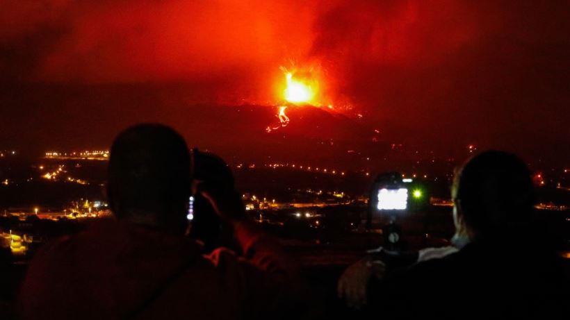 """Las autoridades canarias alertan de un aumento de """"la intensidad de la actividad explosiva"""" con mayores erupciones de ceniza"""