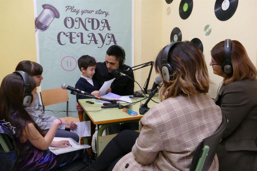 Los propios alumnos de Educación Primaria se responsabilizan de elaborar los programas en los que se incluyen debates, entrevistas, música o lectura entre otros contenidos