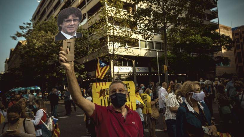 El Gobierno pide respeto para la Justicia y el independentismo clama por la detención de Puigdemont