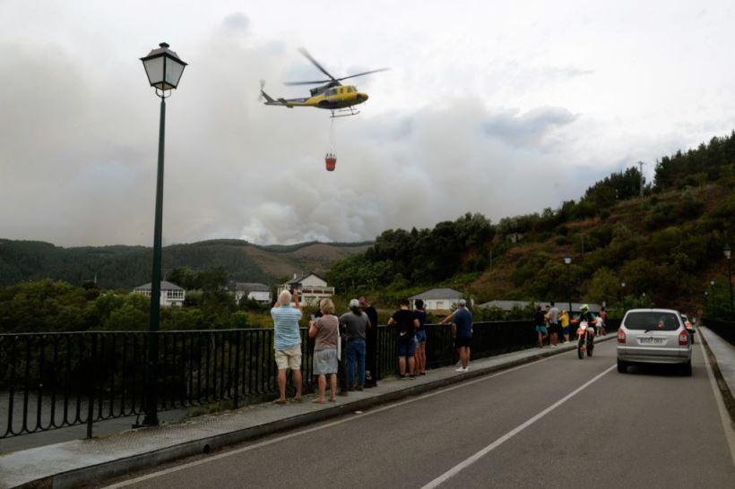 El fuego obliga a movilizar a la UME y mantiene la alerta en los domicilios más cercanos en la localidad gallega de Ribas de Sil