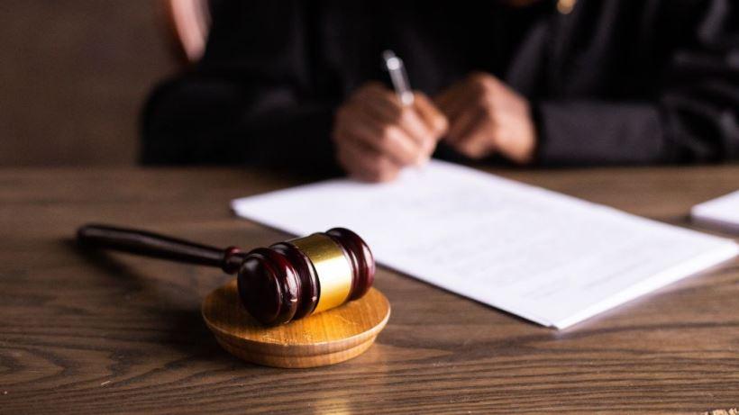 """Con el fin de garantizar """"los derechos a la defensa eficaz y a un proceso equitativo"""", se espera ahora a un nuevo juicio en el que se admitirán como prueba las publicaciones en la red social de la chica y el análisis pericial de éstas."""