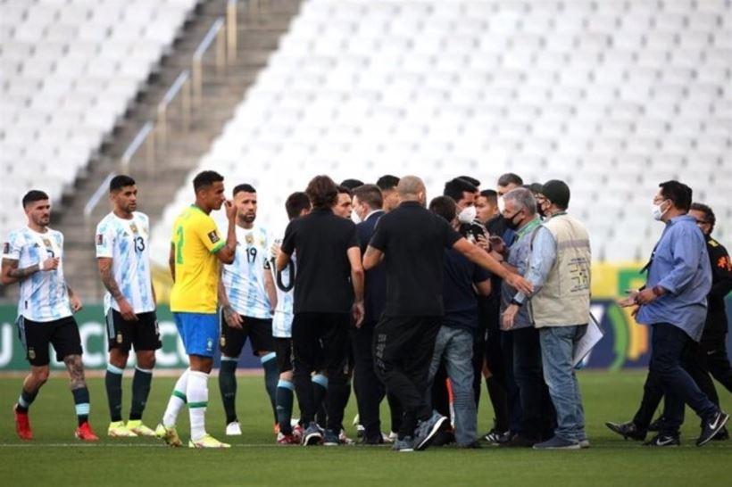 Las autoridades brasileñas interrumpen el partido a los cinco minutos por el incumplimiento de las medidas sanitarias por parte de cuatro jugadores argentinos