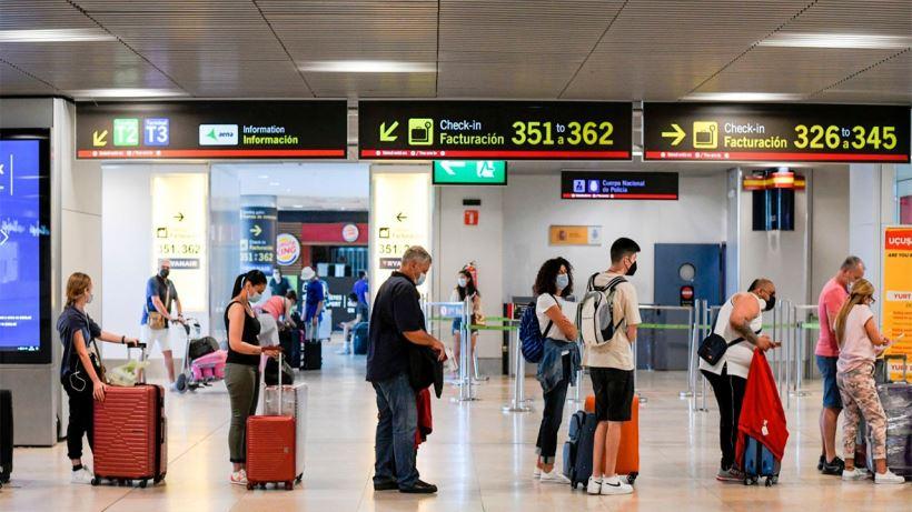 La decisión supone un nuevo varapalo para el sector turístico español y contradice las recomendaciones europeas de utilizar el 'Pasaporte Covid'