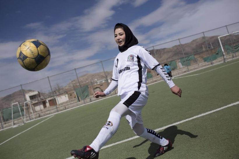 La excapitana de la selección femenina de fútbol de Afganistán y activista pide ayuda para sus compañeras en el congreso del fútbol celebrado en el Wanda Metropolitano