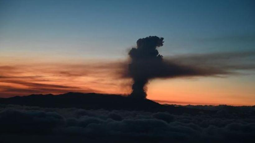 Las micropartículas que expulsa el volcán provocan daños respiratorios y entorpecen el tráfico aéreo de la isla