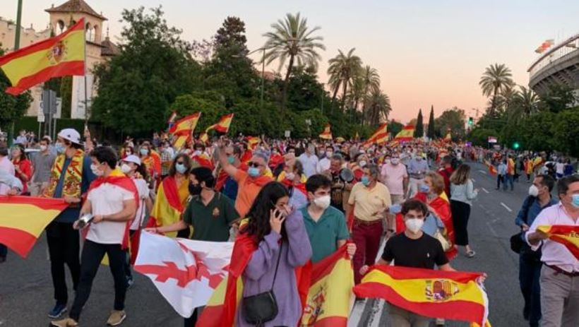 <em>Un centenar de jóvenes de la barriada sevillana Pino Montano han protestado contra la medida y sus protestas han desembocado en actos vandálicos</em>