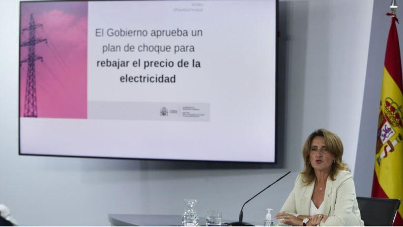 El Decreto-ley pone un tope a los beneficios 'extra' de las eléctricas por el precio internacional del gas y que devuelve a los consumidores alrededor de 2.600 millones de euros.