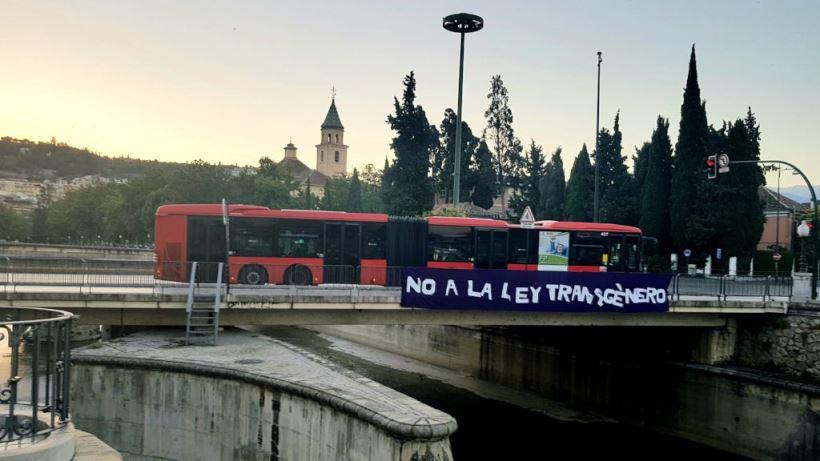 El movimiento feminista de Granada la cuelga en el puente del Río Genil en total oposición a la Ley Transgénero