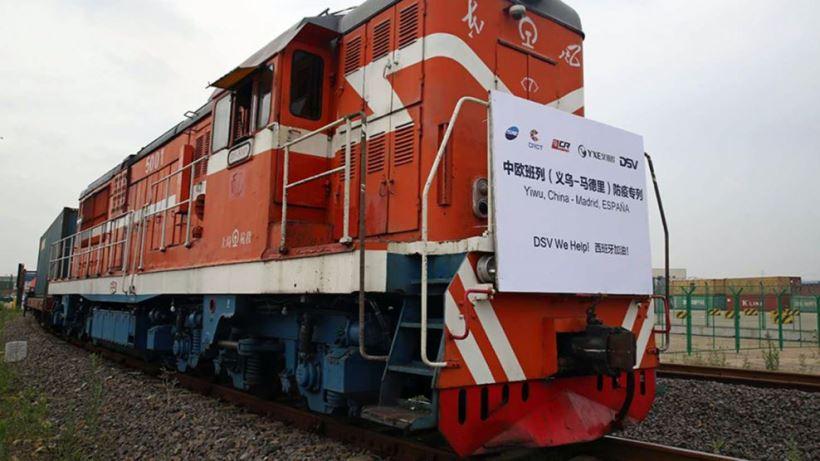 El convoy, que partiera de China el 3 de junio, ha llegado este jueves a la capital española con 28.020.000 mascarillas quirúrgicas y 425.100 buzos desechables. El tren, 35 vagones, equivale a cuatro aviones de gran carga.